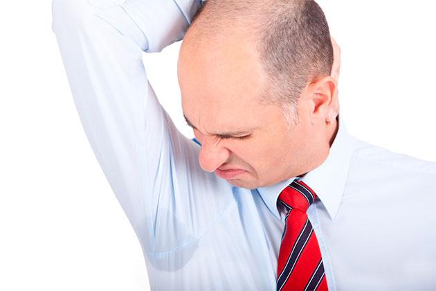 мужчина в галстуке осматривает подмышки
