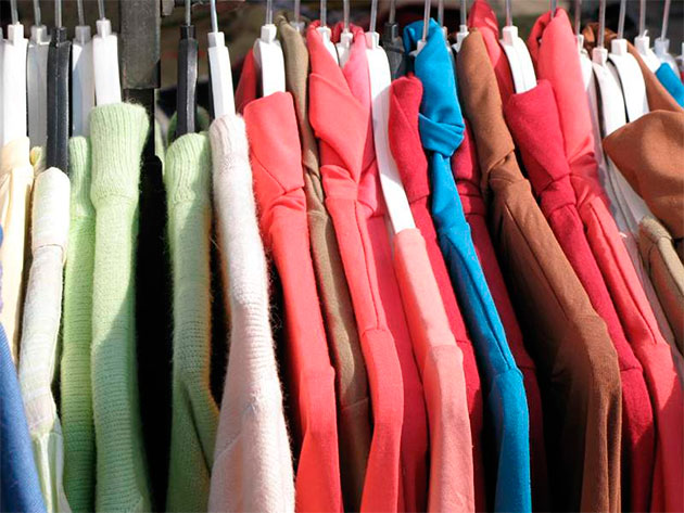 чистая одежда на вешалках