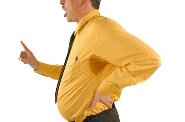 вспотевший мужчина в жёлтой рубашке