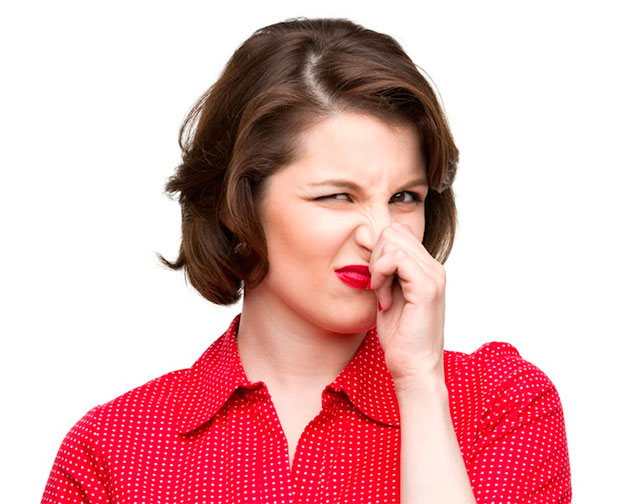 девушка в красном морщит нос