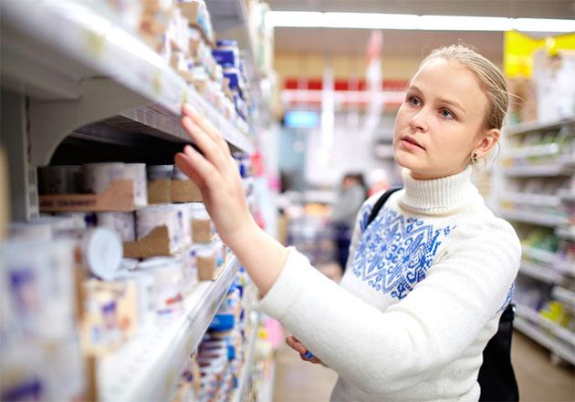выбор дезодоранта в магазине