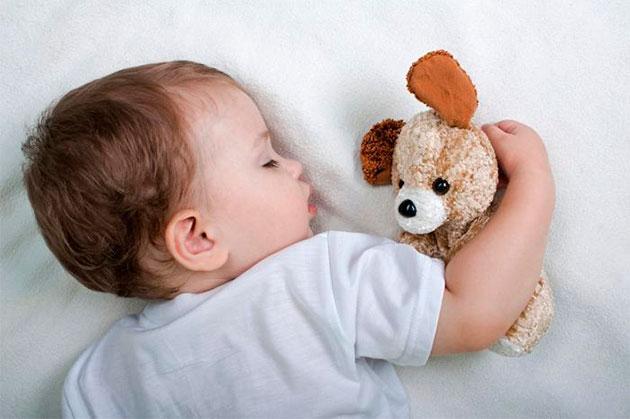 спящий ребёнок с игрушкой