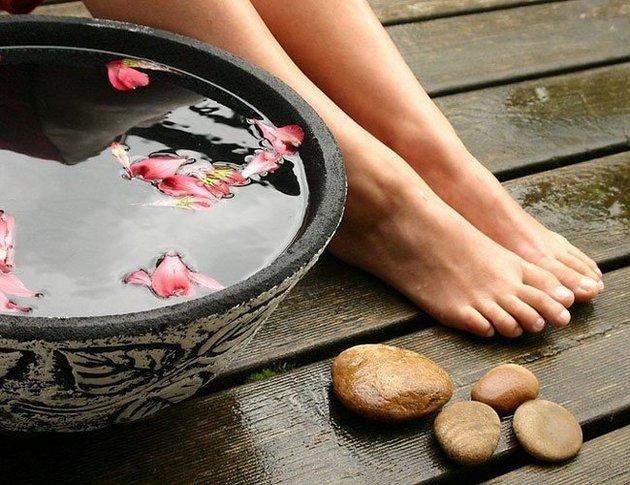 стопы женщины и ванночка