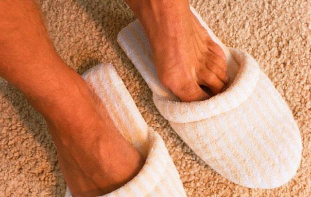 ноги в теплых тапочках