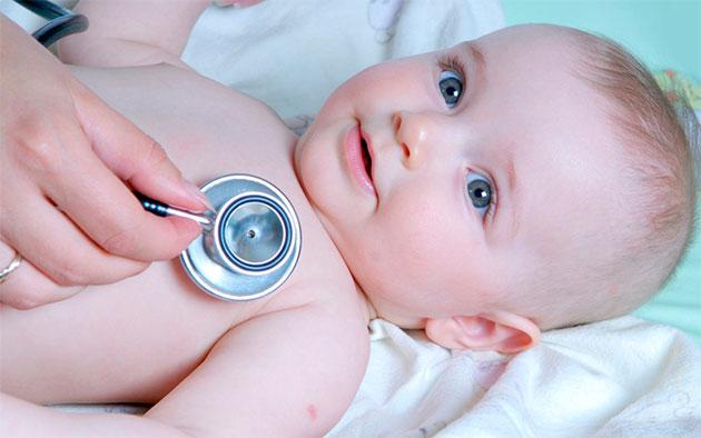 осмотр новорожденного педиатром
