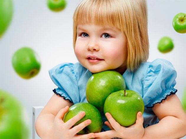 девочка с зелеными яблоками