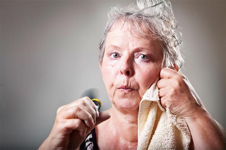 Почему сильно потеет женщина после 50 лет