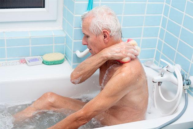 мужчина принимает ванну