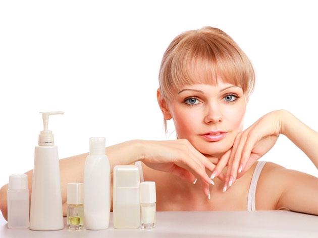 молодая женщина и бутылочки с косметикой