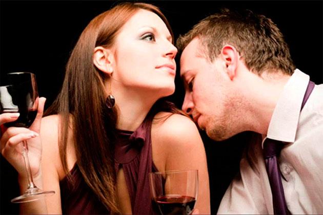 мужчина женщина c бокалом вина