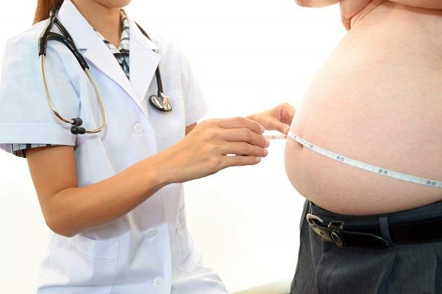 врач измеряет талию