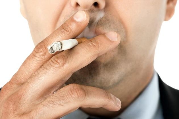 мужчина курит