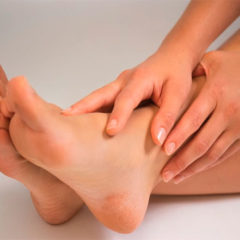 Какие медицинские средства помогают избавиться от запаха ног