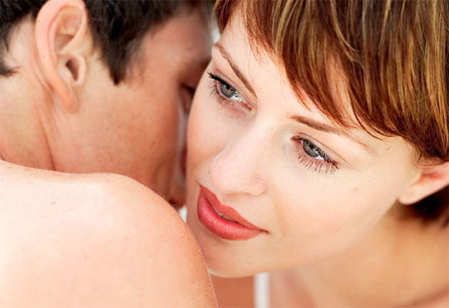 женщина принюхивается к мужчине