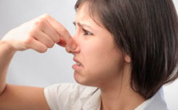 Из-за чего пот начинает пахнуть луком?